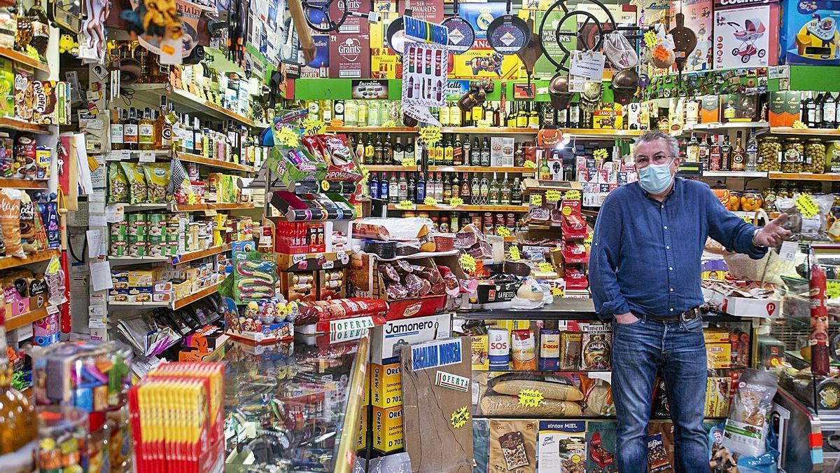Negocios como el de Antonio, en Feces, se verán afectados sin viajes a comprar desde Portugal. |   // C.PETEIRO