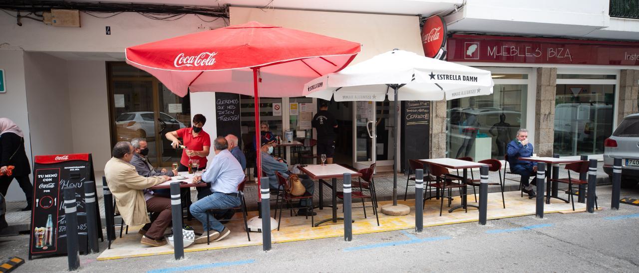 Un grupo de personas en la terraza de un bar, en una imagen de archivo.