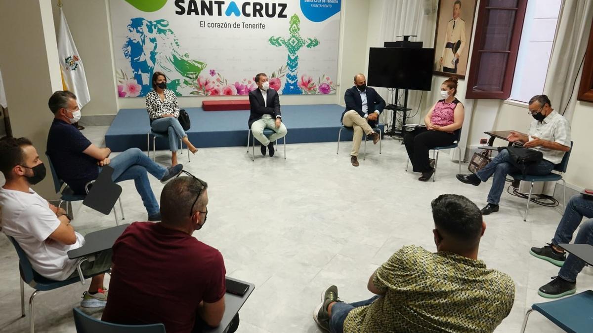 El alcalde de Santa Cruz se reunió con representantes del sector de la hostelería de la capital.