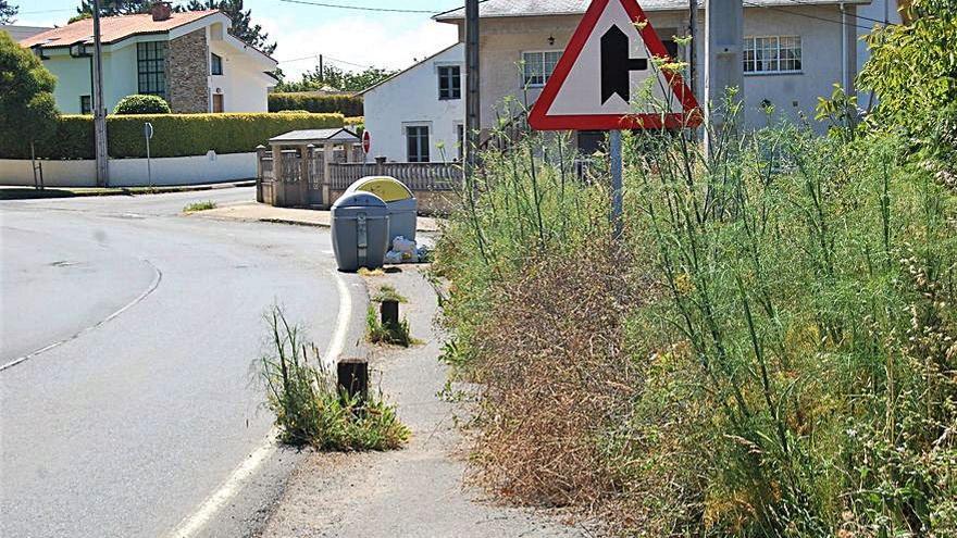 Oleiros pide limpiar las aceras de Santa Cruz a Sada