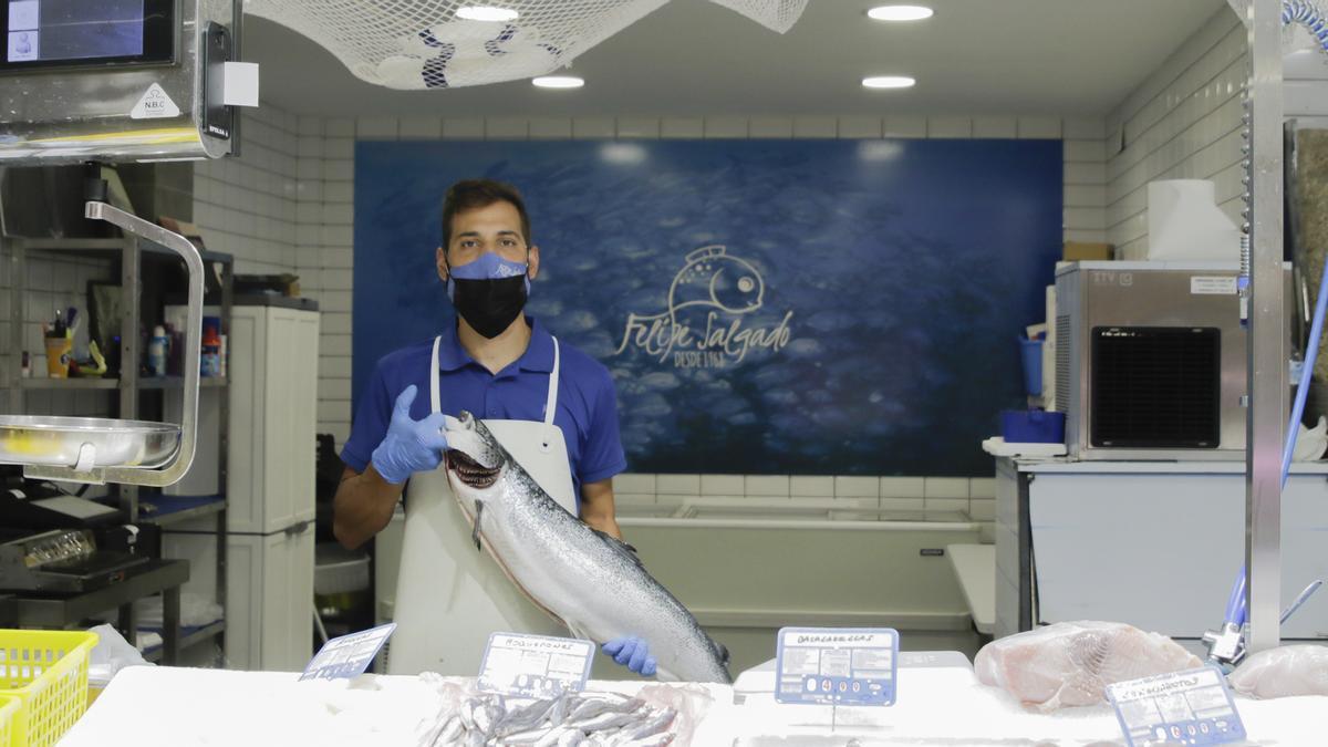 José Manuel Garzo, con un salmón de seis kilos, en la plaza de abastos cacereña.