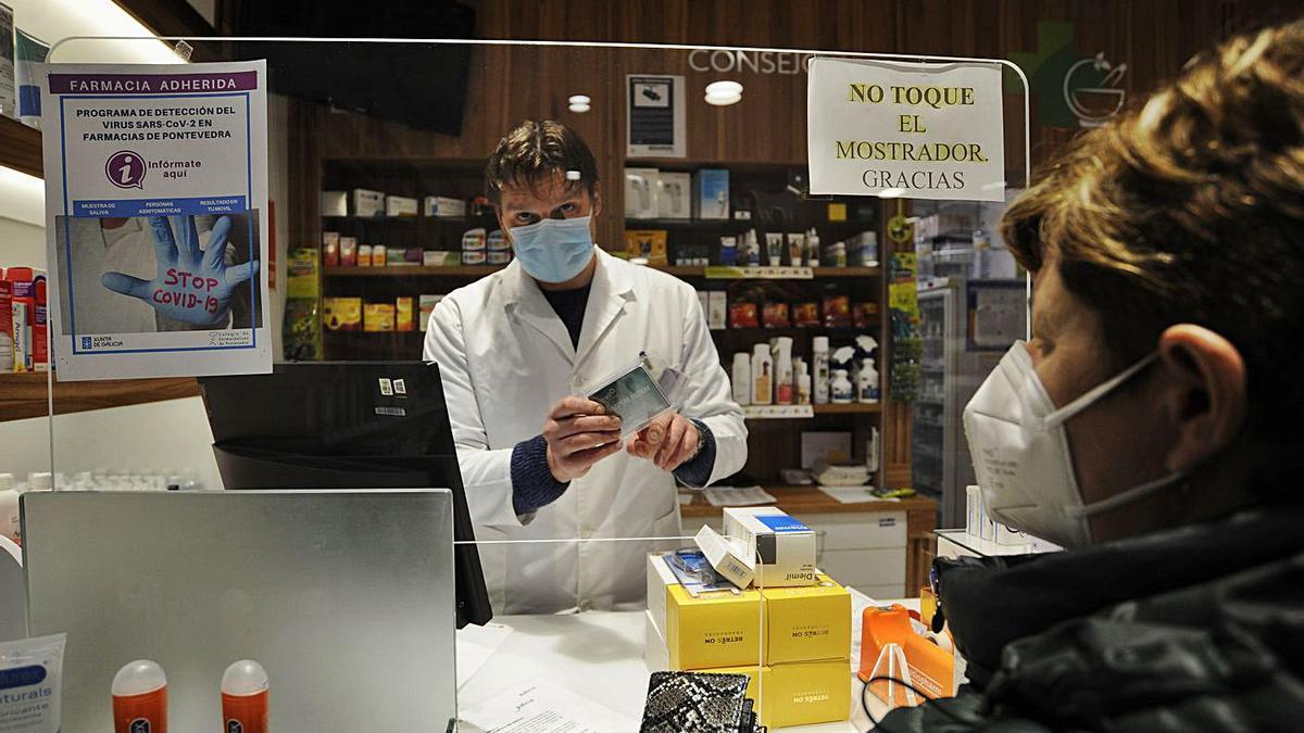 Un farmacéutico entrega material para recoger la muestra en la campaña anterior. |   //BERNABÉ/JAVIER LALÍN