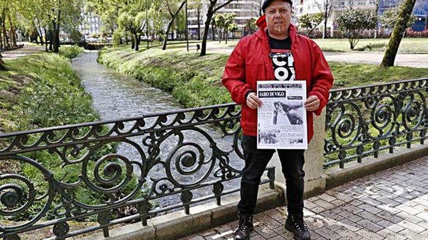 El superviviente posa en Vigo junto a un ejemplar del Faro de Vigo que narra la tragedia.
