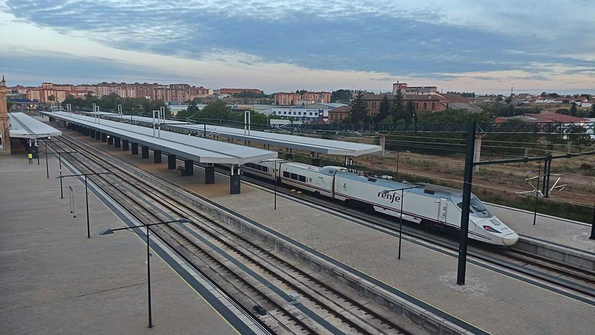 "Alvia S-130 en tareas de tren explorador o ""sombra"", en la estación de Zamora."