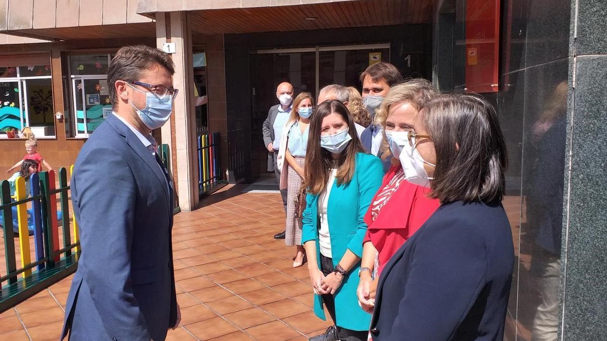 Enrique Fernández, a la izquierda, saludando a directivos del Grupo Junquera durante su visita de este mediodía a la empresa gijonesa.