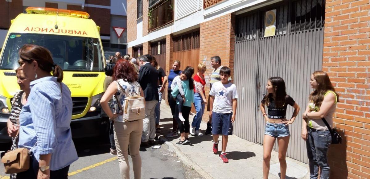 Rescate de vecinos tras el incendio de una vivienda en Plasencia