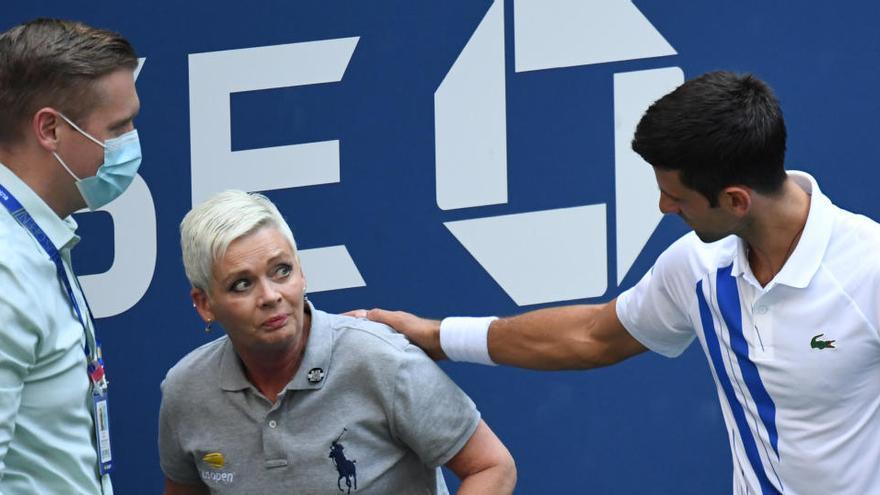Desqualifiquen Djokovic del US Open per donar un cop de pilota a una jutge de línia