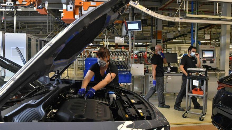 La producción de vehículos cae en España por la escasez de chips