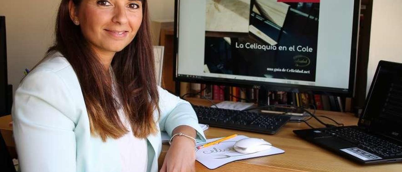 Lorena Pérez, delante de la pantalla, con la segunda edición de su guía sobre celiaquía.