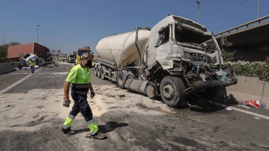 Dos accidentes colapsan la A-7 entre Sagunt y Puçol.
