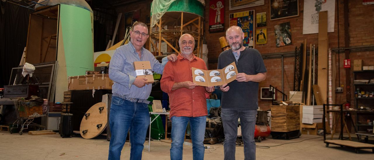 El autor, Nel·lo Vilanova (i), junto a Leandre Escamilla (c) y el diseñador Josep Gil (d).