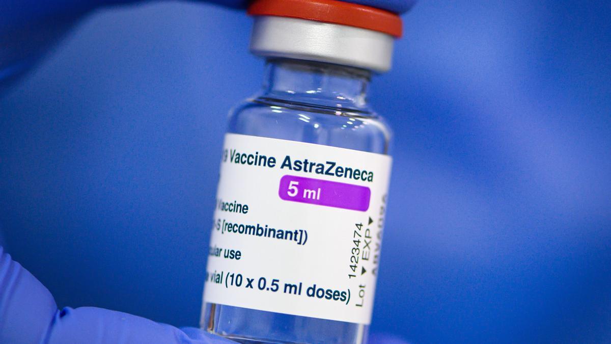Un vial con dosis de la vacuna de Astrazeneca