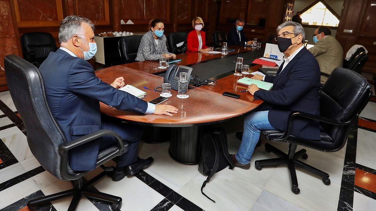 El presidente del Ejecutivo regional y varios de los consejeros durante el Consejo de Gobierno ayer en Gran Canaria.     EFE