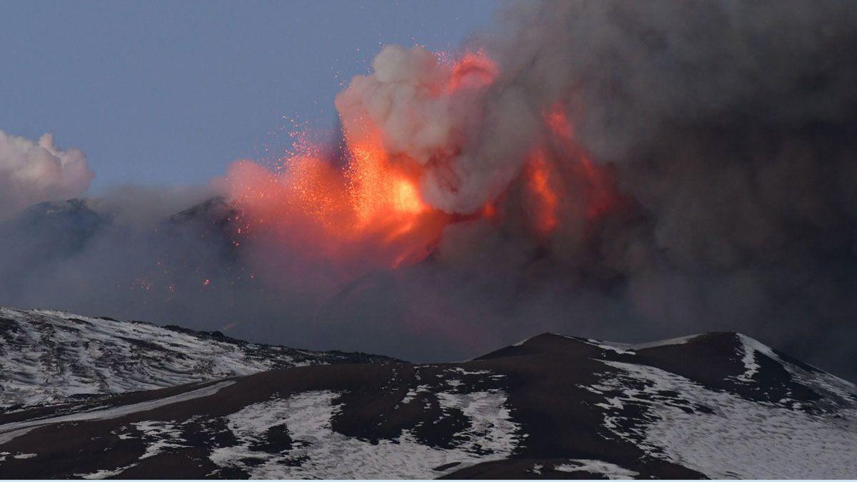 Una erupción en el Etna provoca una lluvia de ceniza y piedra en Sicilia