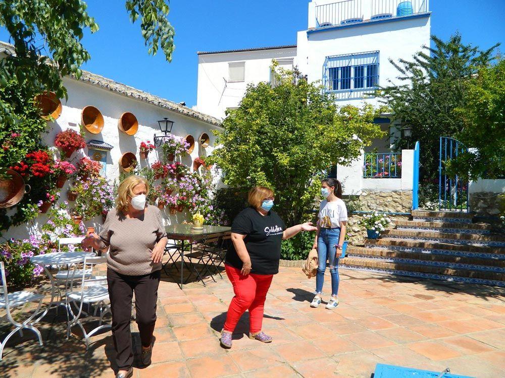 Rute, Aurora Sánchez a la izquierda atiende una visita en su patio tercer premio de la Subbética 2021