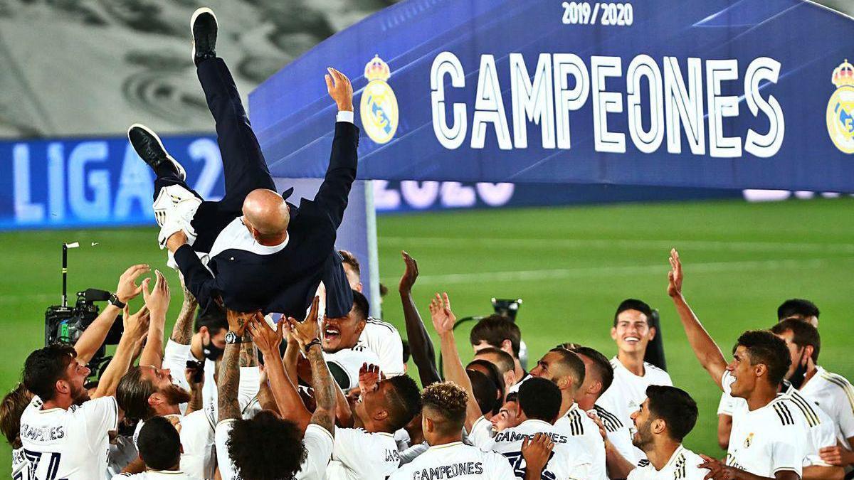 Los jugadores del Madrid mantean a Zidane tras ganar el título.