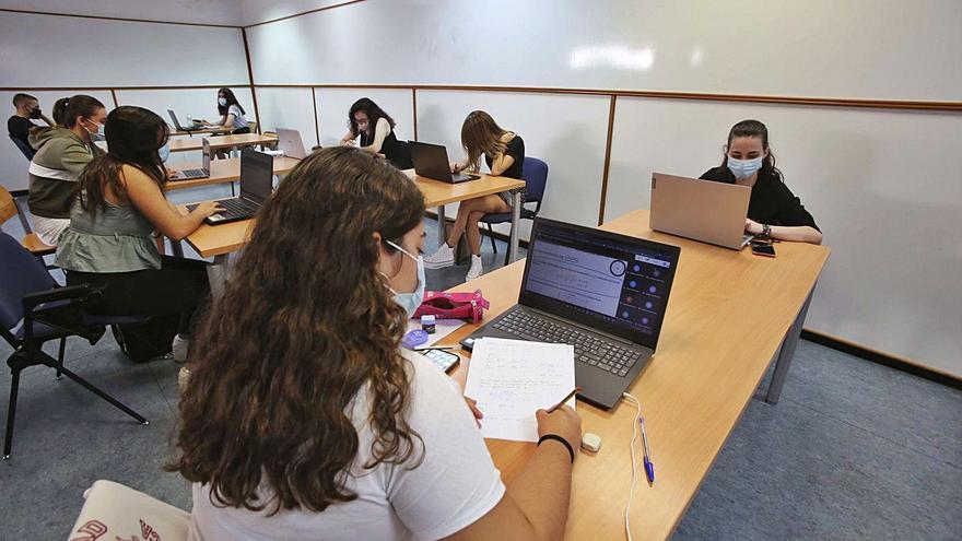 Las mujeres universitarias obtienen mejor rendimiento académico que los hombres