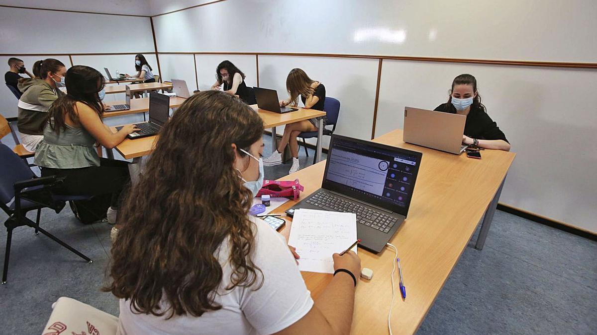 Alumnas en una de las aulas de la Universidad de Alicante los primeros meses del curso.