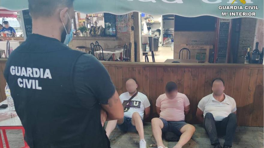 Detenidos por secuestrar a un hombre en Catral por venderles arcilla como fardos de hachís