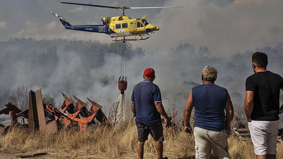 Un helicóptero arroja agua en el incendio de Lober, el mayor siniestro del año pasado en la provincia. | Emilio Fraile