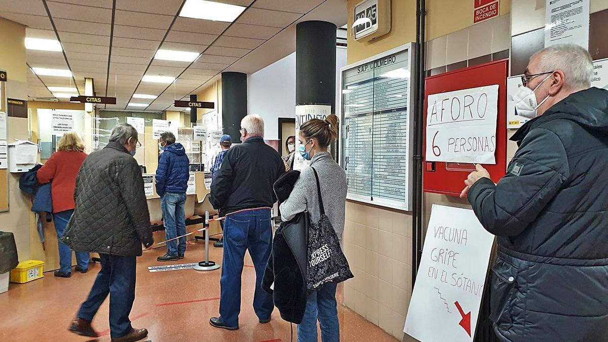 Pacientes hacen cola en un centro de salud para ponerse la vacuna de la gripe. |   // MARTA G. BREA