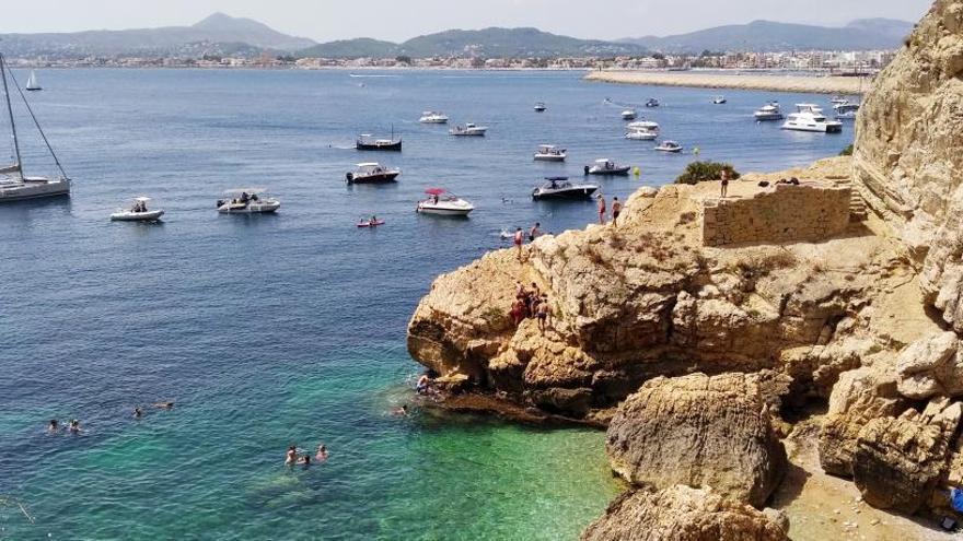 Decenas de barcas echan el ancla sobre la posidonia en la reserva del Cap de Sant Antoni