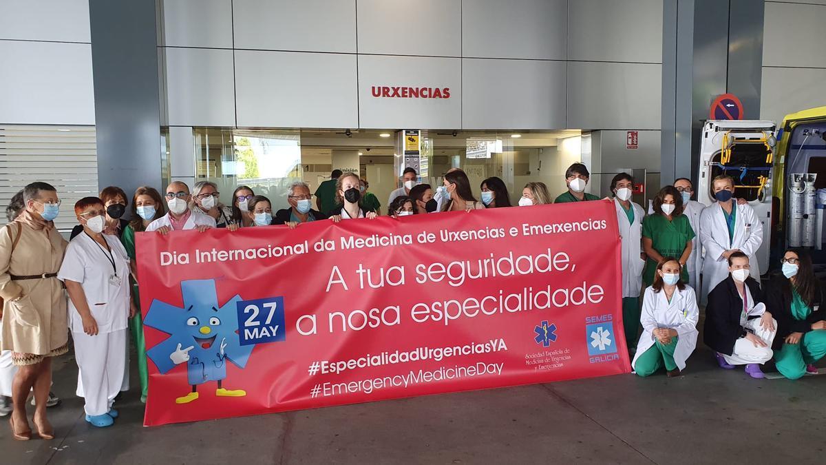 Trabajadores de Urgencias del Hospital de A Coruña, hoy, delante de la entrada a este servicio en el edificio principal del Chuac.
