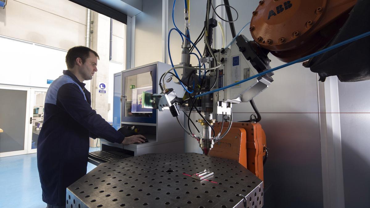 Un técnico en el centro de investigación tecnológica Aimen de Porriño. // Eurorrexión