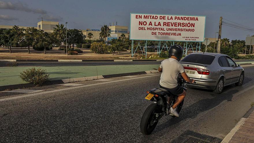 El «No a la reversión del Hospital de Torrevieja» llega a las vallas publicitarias a mes y medio del rescate de la Generalitat