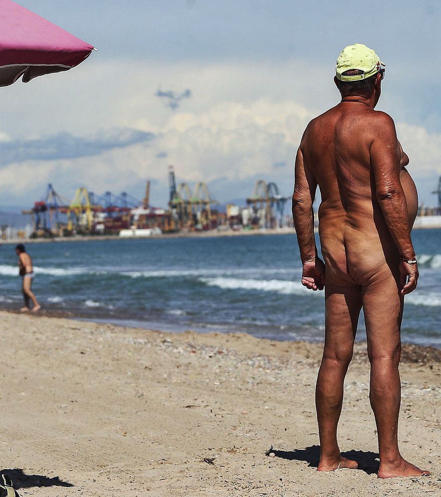 El nudismo pierde terreno en las playas