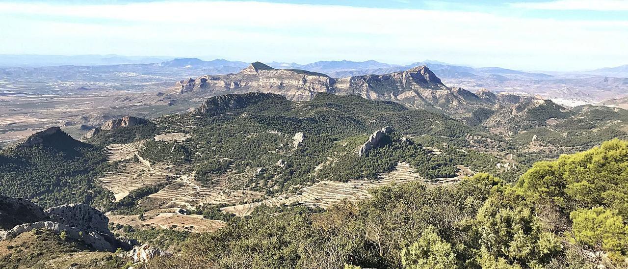 Panorámica del Paisaje Protegido de la Sierra del Cid y el Maigmó, que abarca los términos de Petrer, Castalla, Tibi, Agost y Sax. | ÁXEL ÁLVAREZ