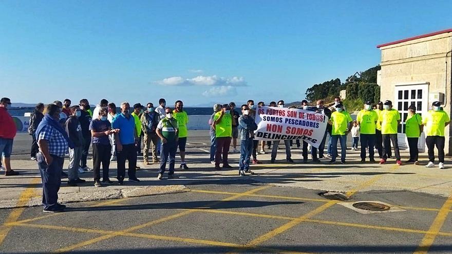 Los pescadores de caña se manifiestan en Aldán contra las restricciones de Portos