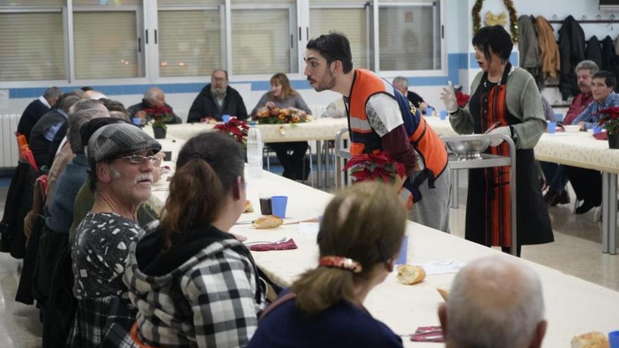 La cena solidaria de Nochebuena ofrecida por Protección Civil Zamora, en imágenes