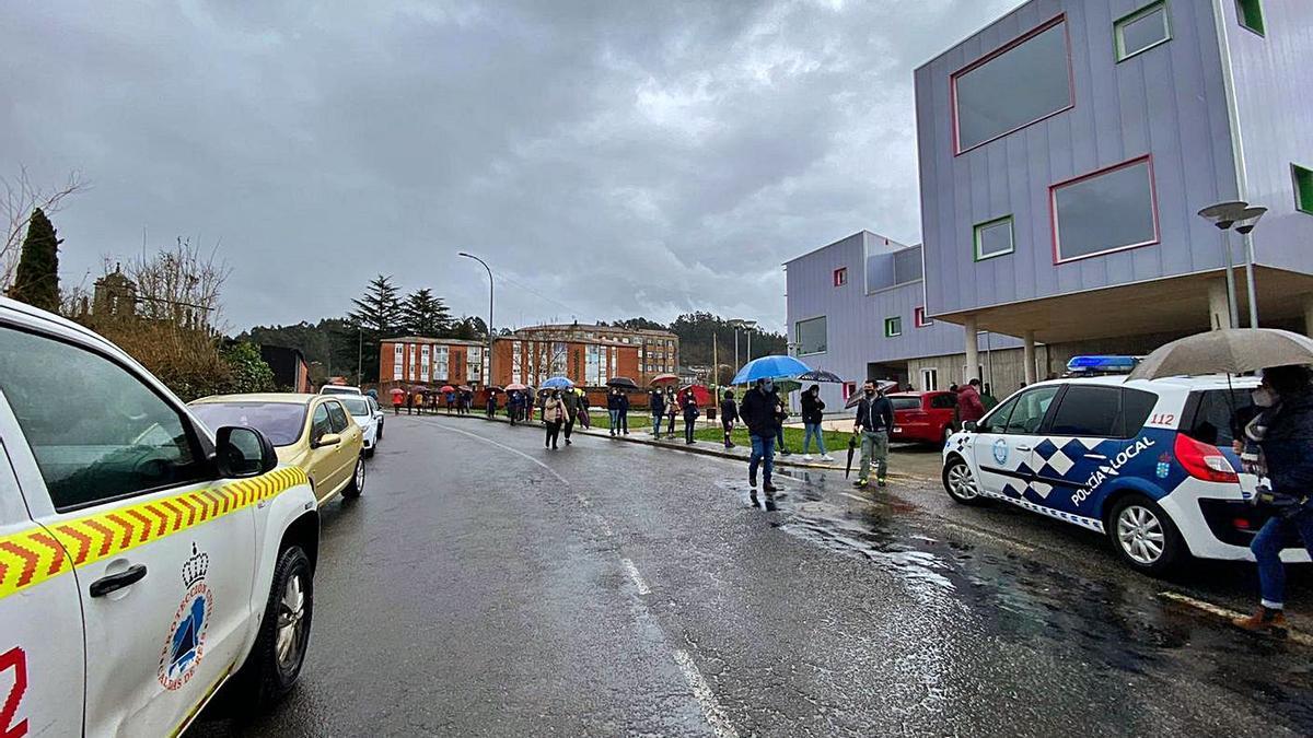 Vecinos de Caldas de Reis haciendo cola ayer para participar en el cribado de Sanidade. |   // FDV