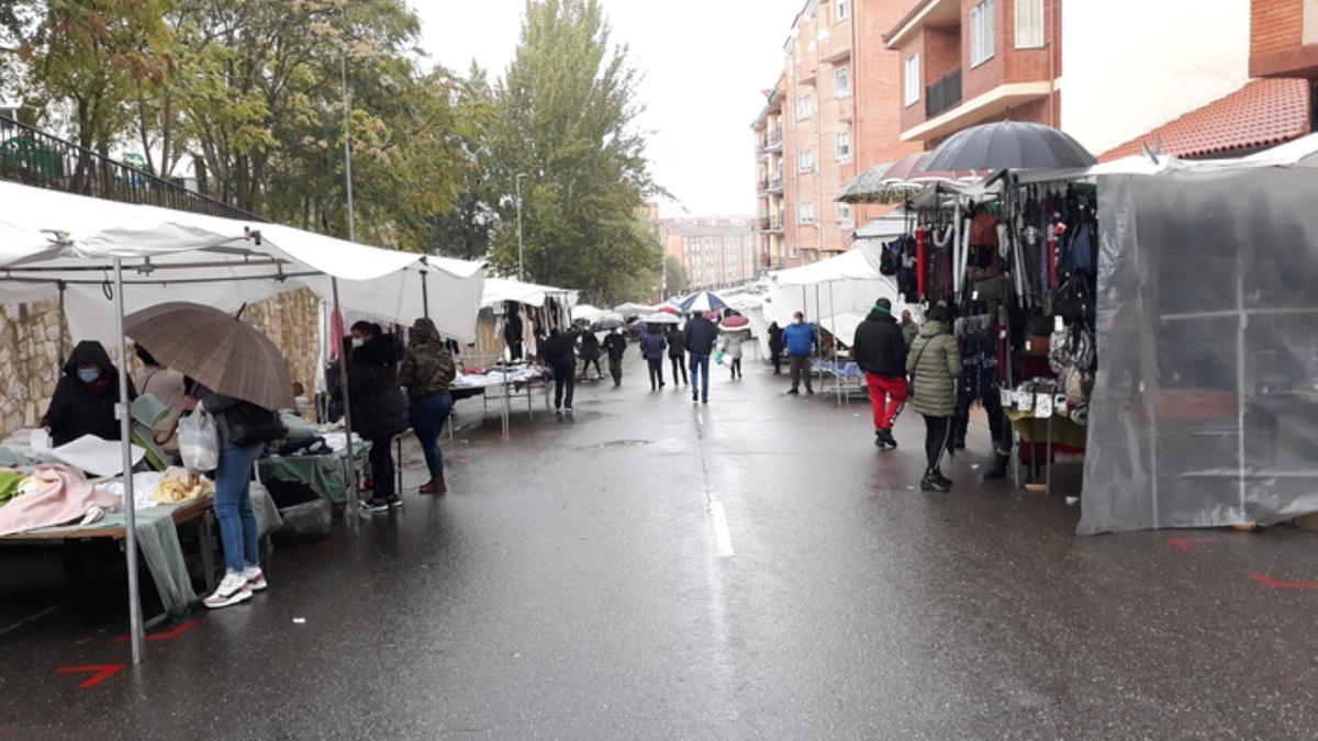 Mercadillo de la Cañada de la Vizana durante la pandemia. / E. P.