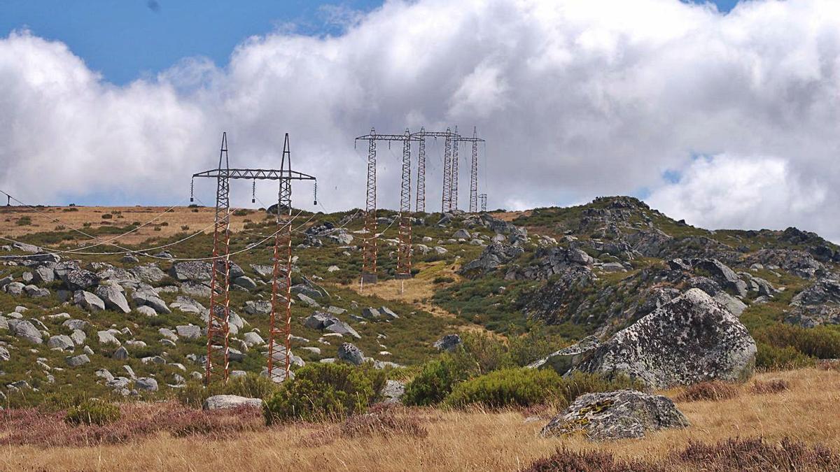 Terrenos ocupados en Porto de Sanabria por torres de distribución eléctrica.   A. S.