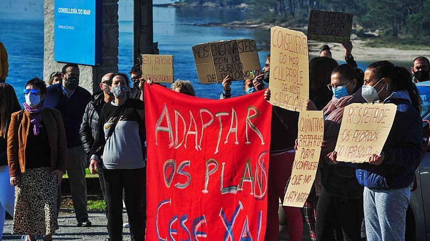 Las mariscadoras de a pie de Carril instan a la Xunta a aprobar el cese de actividad