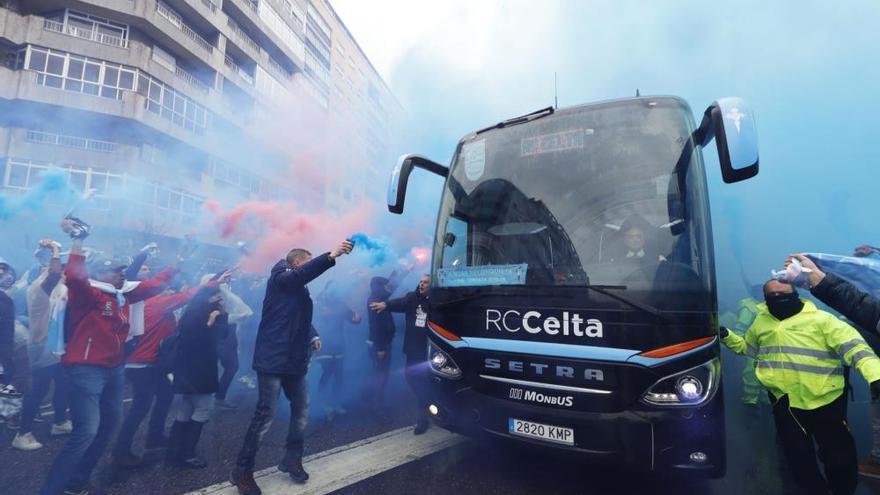 Locura en la llegada del Celta a Balaídos antes del partido contra la Real