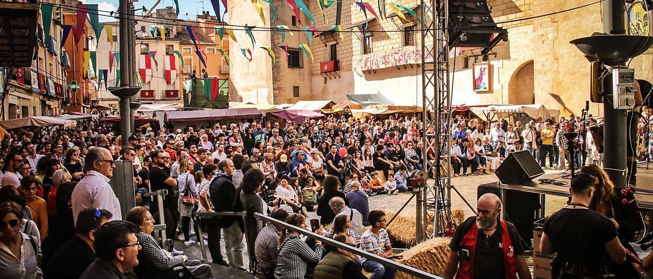 Un instante de la edición de 2019 de Fira de Tots Sants de Cocentaina, multitudinaria como todas las anteriores.   JUANI RUZ