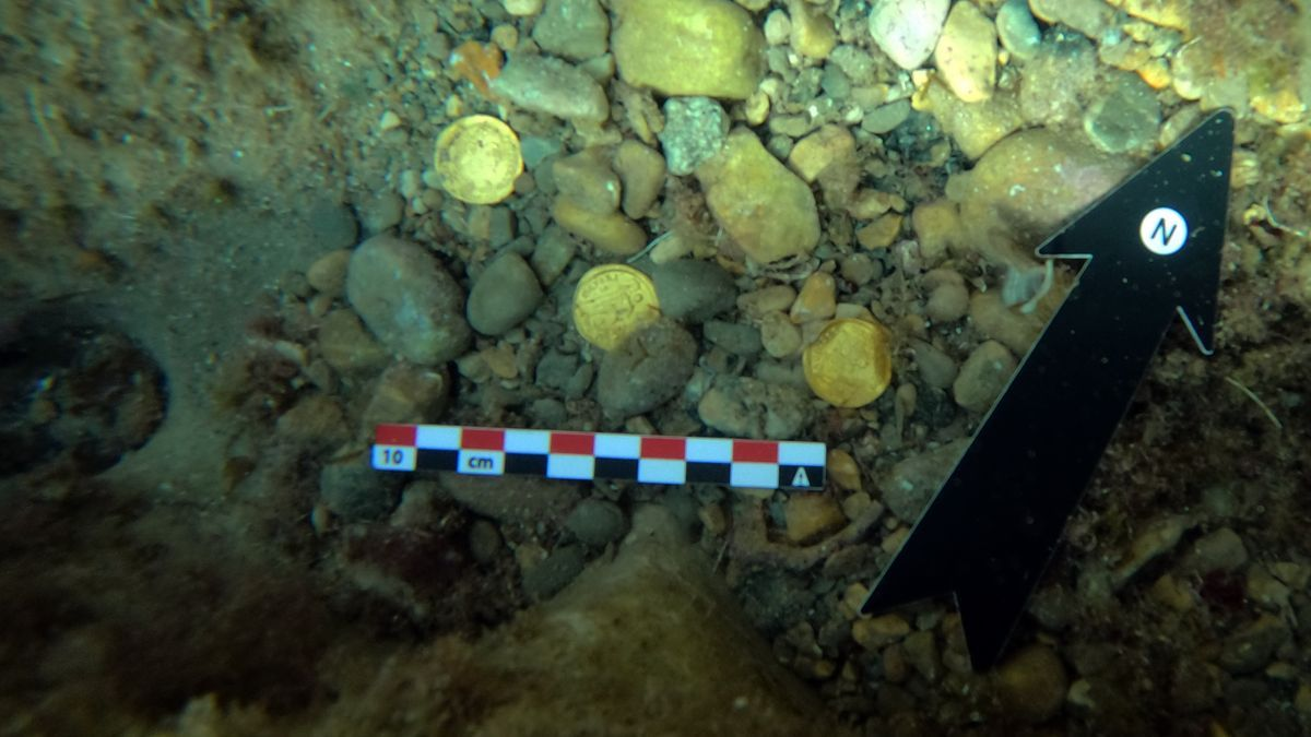 Algunas de las monedas en el fondo del mar.