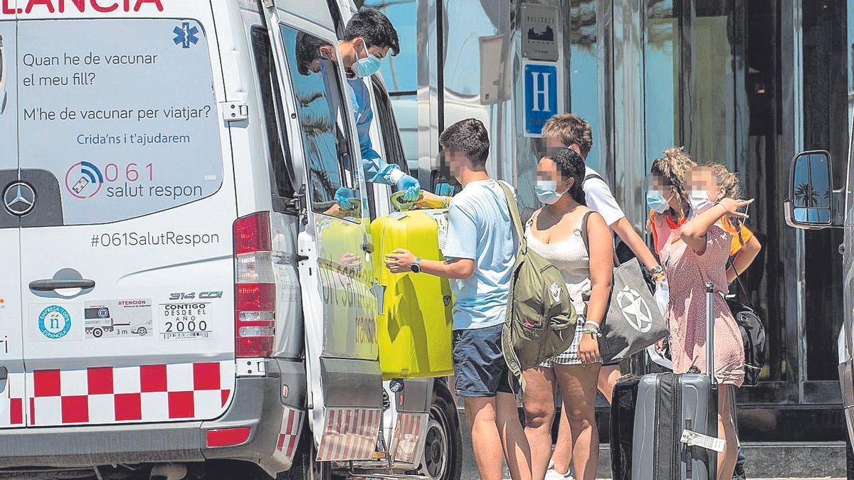 Estudiantes en el momento de ser trasladadas en ambulancia al hotel Bellver.