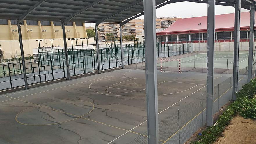 Las pistas anexas a la piscina de El Campello se deterioran sin haber sido estrenadas