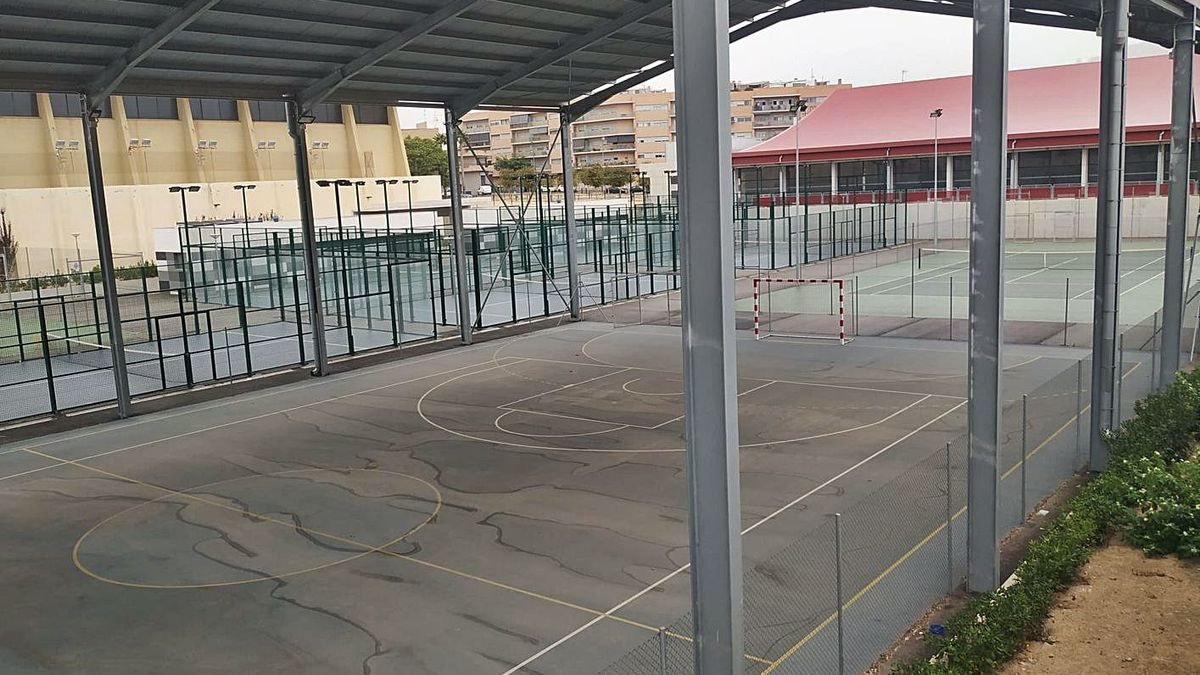 Las pistas deportivas anexas a la piscina climatizada de El Campello.
