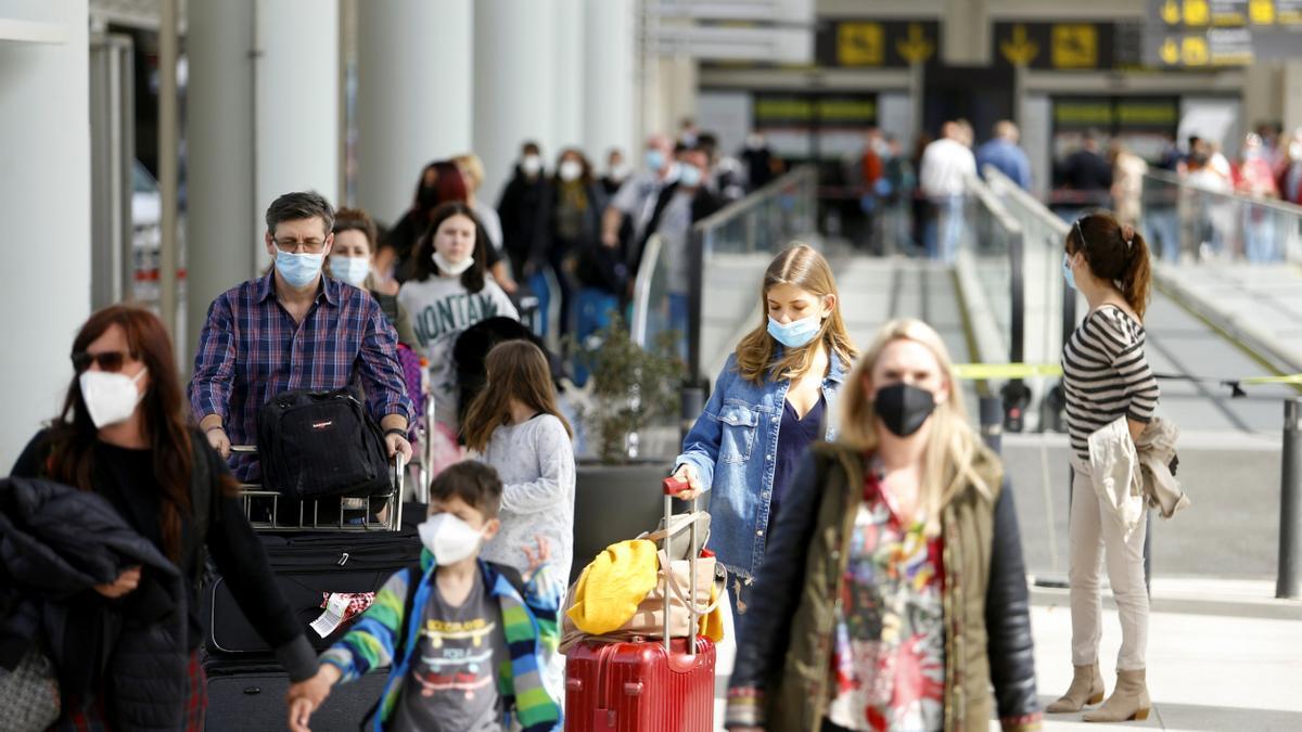 Turistas en la terminal de llegadas del aeropuerto de Palma