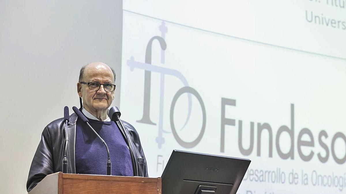Manuel Bousoño, ayer, durante su conferencia en el Colegio Oficial de Médicos.   Irma Collín