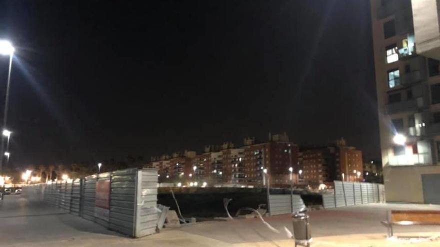 El viento tumba el vallado del solar abandonado por el Ivvsa en Alaquàs