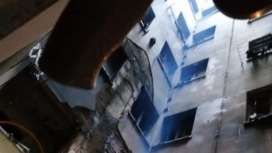 """Una lámpara caída en una mudanza provocó el incendio que arrasó dos plantas de un edificio de Oviedo: """"Estuvimos a punto de una desgracia"""""""