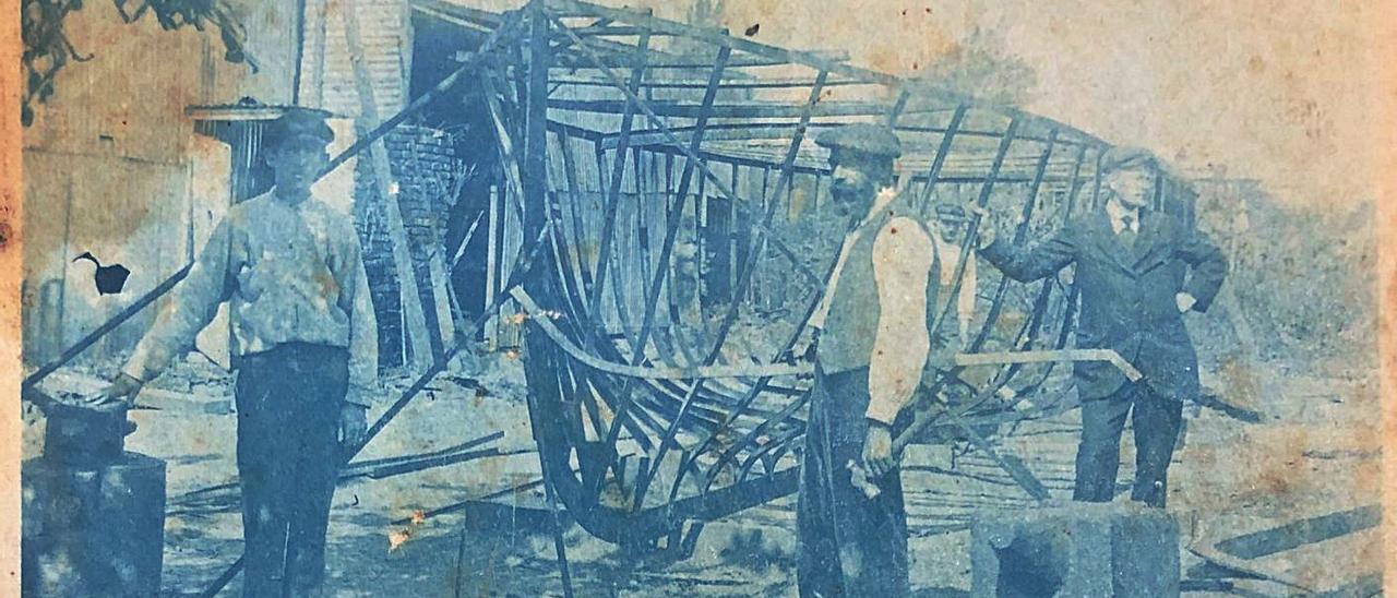 Luis Albiñana Tebar, en el centro, con el barco que construyó como carpintero en Argentina | LEVANTE-EMV
