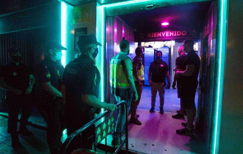 La policía inspecciona pubs y discotecas de València por el coronavirus