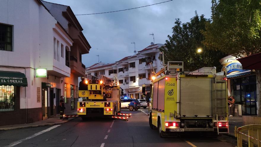 Los bomberos ayudan al traslado de un enfermo